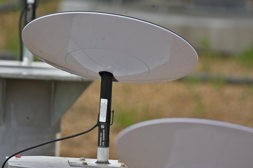 Revelado em fotos o protótipo de terminal de usuário Starlink 'UFO on a stick' da SpaceX